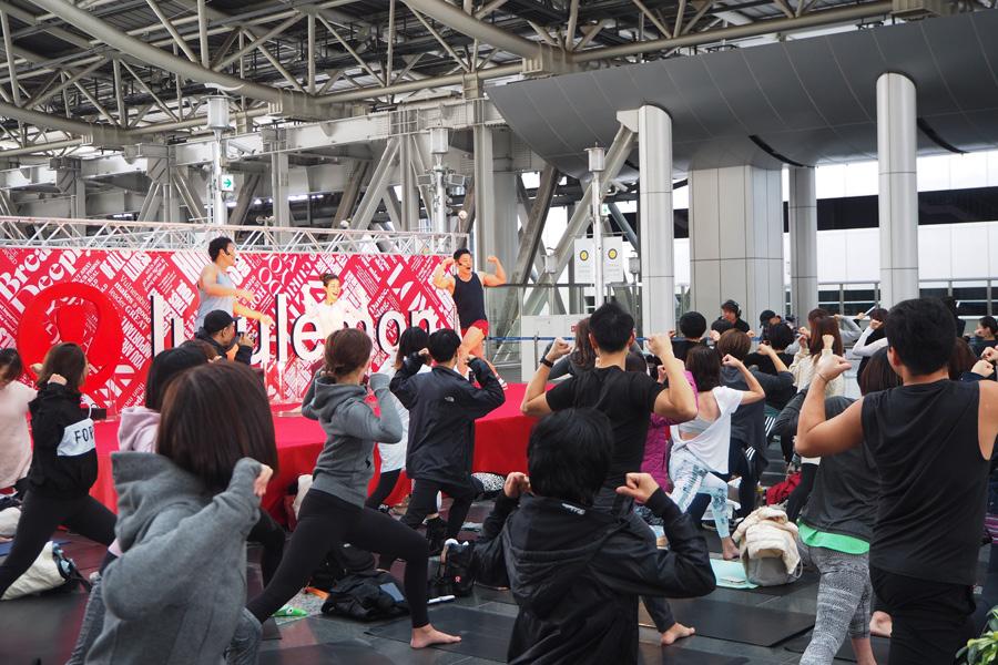 参加者とヨガを実践するサバンナ八木となかやまきんに君(31日、大阪市内)