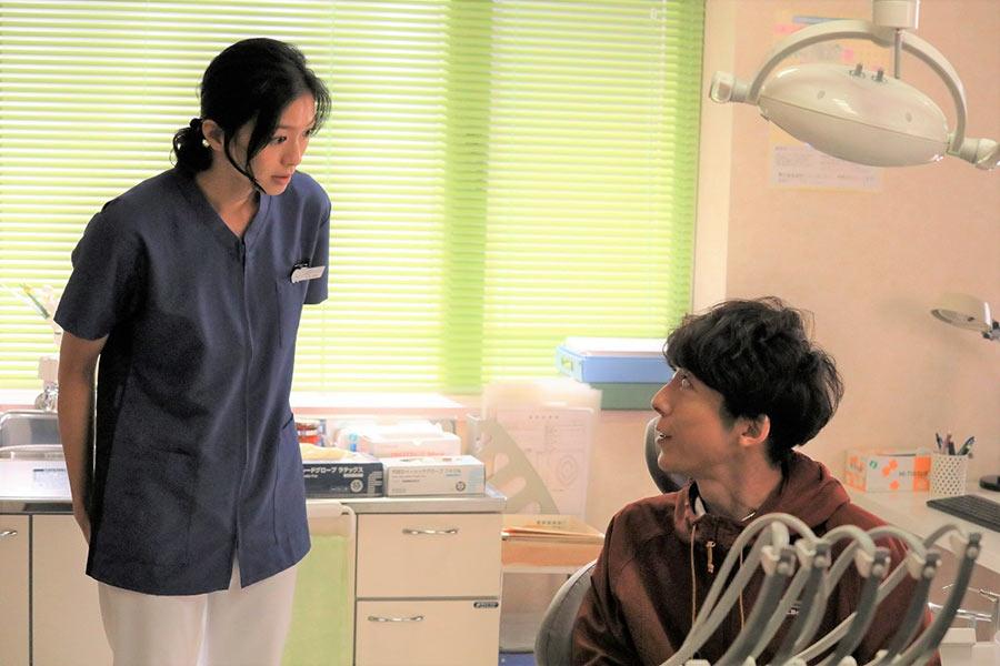 才色兼備の歯科クリニック院長・水本育実(榮倉奈々)と、周囲から変わり者扱いされている大学講師・相河一輝(高橋一生)