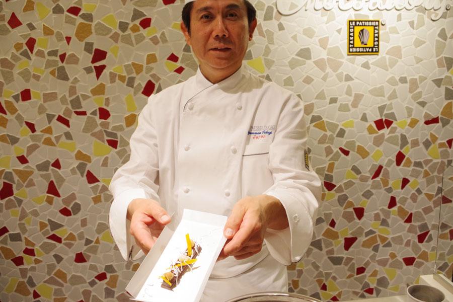 作りたての『氷点下ショコラトリー』を手にする高木シェフ