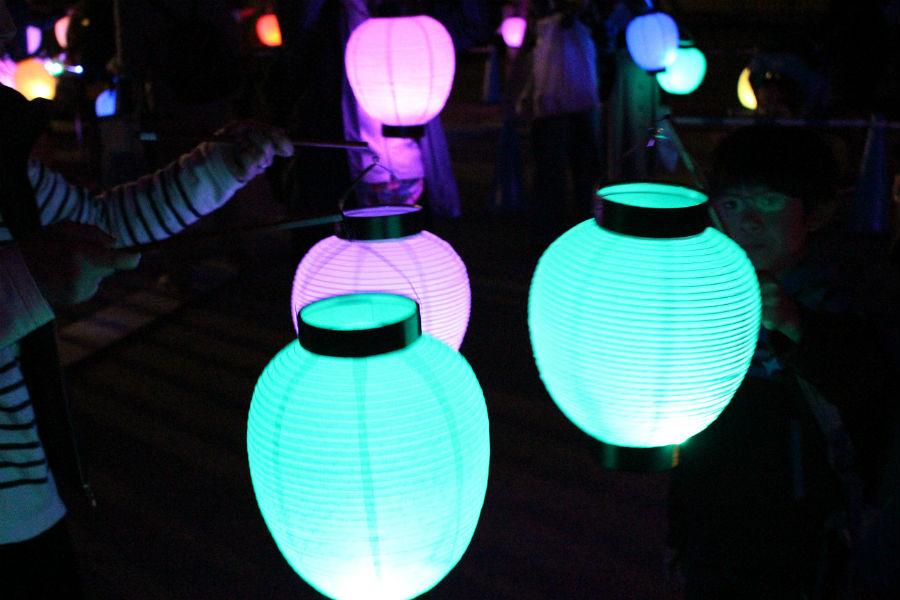 LED提灯の光は中金堂のライトアップと連動。「来場者の方もひとつの風景になって楽しんでもらえれば」と高橋