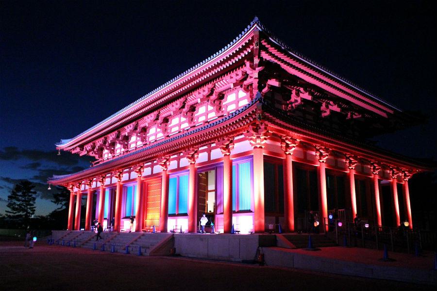往時の華やかな姿をライティングで表現された「興福寺中金堂」