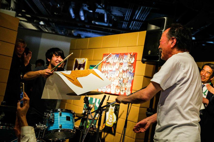 ドラムに合わせてライブペインティングをおこなった黒田征太郎 写真提供:FM802