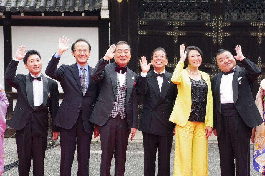 左から会見に参加したすっちー、外務省の鈴木秀生さん、桂文枝、西川きよし、国連の根本かおるさん、川畑泰史