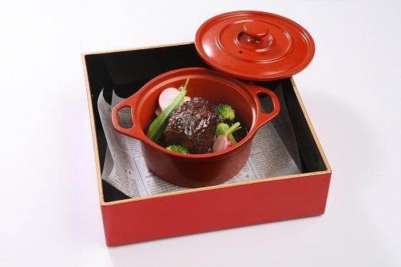とろける牛ホホ肉の赤ワイン煮込みは、サラダとデザートが付いて2000円(税別)