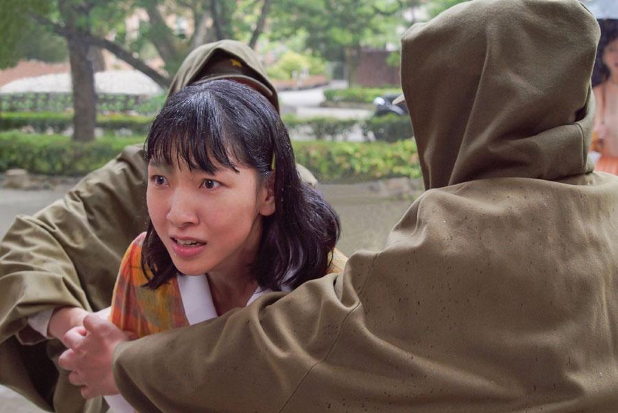 大阪憲兵分隊庁舎で、門番を振り切ってなかに入ろうとする福子(安藤サクラ)
