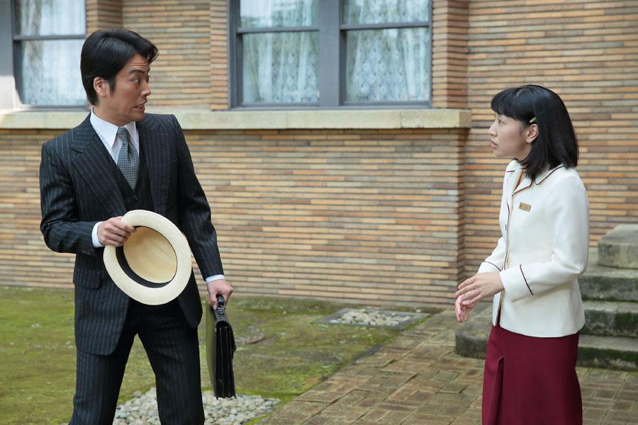 大阪東洋ホテルにて、福子(右・安藤サクラ)から萬平(長谷川博己)の事情を聞き、驚く世良(桐谷健太)