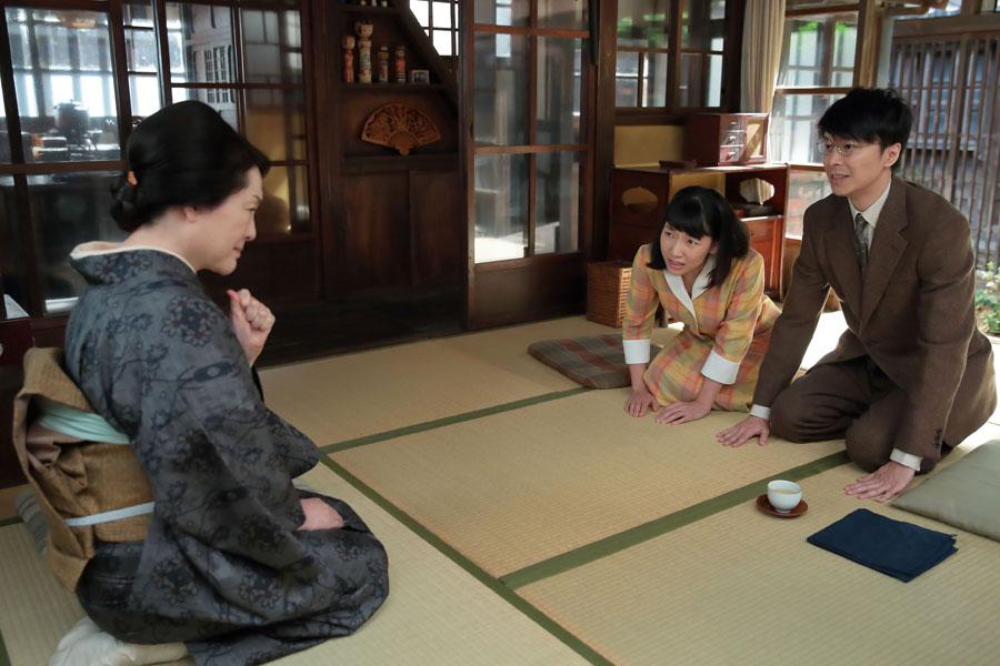 鈴(左・松坂慶子)に「福子さん(中央・安藤サクラ)と結婚させてください」とお願いする萬平(長谷川博己)