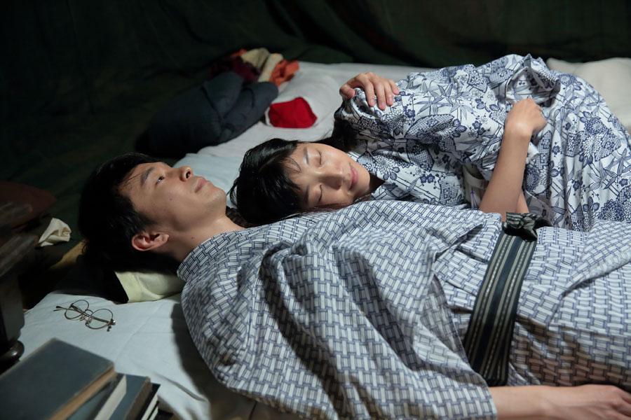 「おいで」と福子(安藤サクラ)を抱き寄せ「おまえはいい奥さんだ。僕は幸せだよ」と言う萬平(長谷川博己)