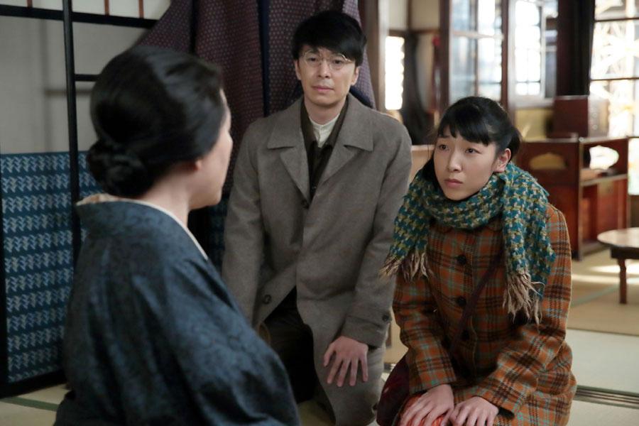 一緒に疎開しようと鈴(左・松坂慶子)を誘いに来た福子(安藤サクラ)と萬平(長谷川博己)だったが・・・