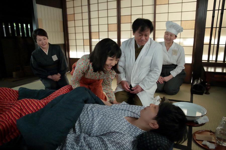 左から、鈴(松坂慶子)、福子(安藤サクラ)、医師(曾我廼家八十吉)、萬平(長谷川博己)、看護婦(安部洋花)。萬平がようやく意識を取り戻し、福子は感極まる