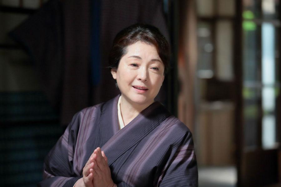 かわいらしく母・鈴を演じる松坂慶子