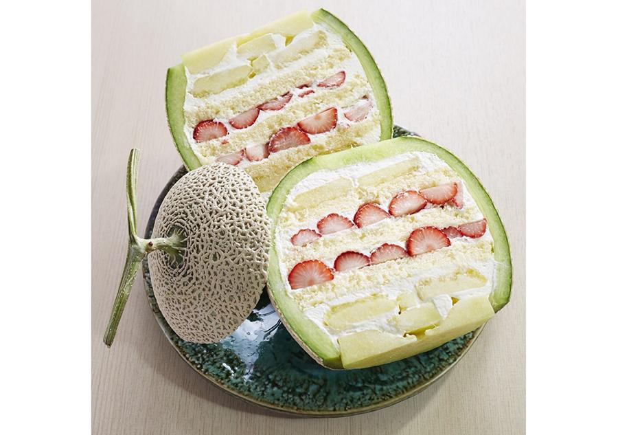 「ツキイチ」のメロンケーキ。スポンジとクリームの間に、イチゴとメロンをたっぷりサンド
