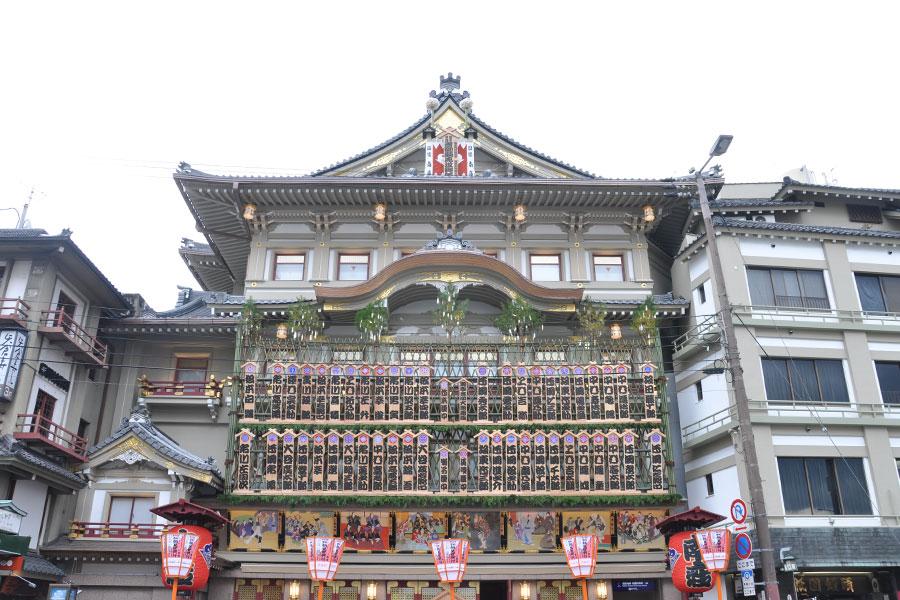 大入りを願って歌舞伎役者の名前を書き入れた看板「まねき」が劇場の正面に掲げられている