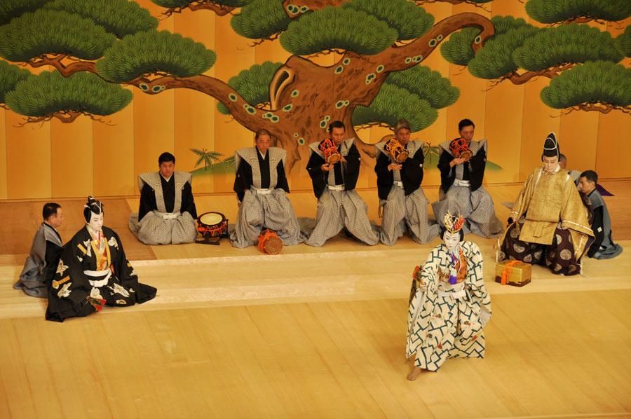 開場式では、松本白鸚(右)、松本幸四郎(左)、市川染五郎(前)による『寿式三番叟』が披露された