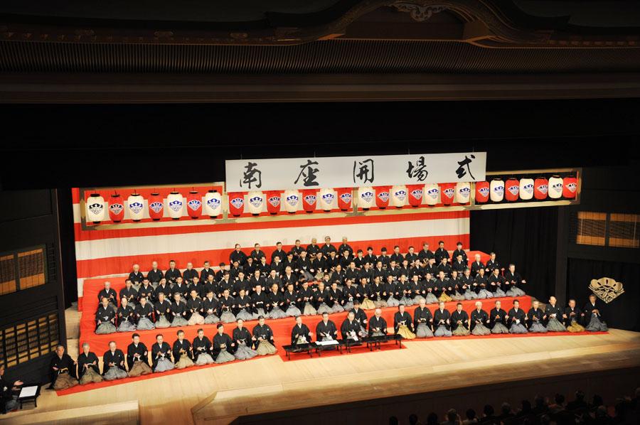 南座の舞台上に約100人の歌舞伎役者が登壇。みなで手締めをし、開場を祝った