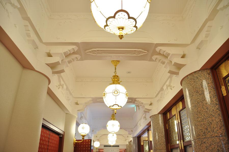天井や証明など、細部に至るまで復元された南座