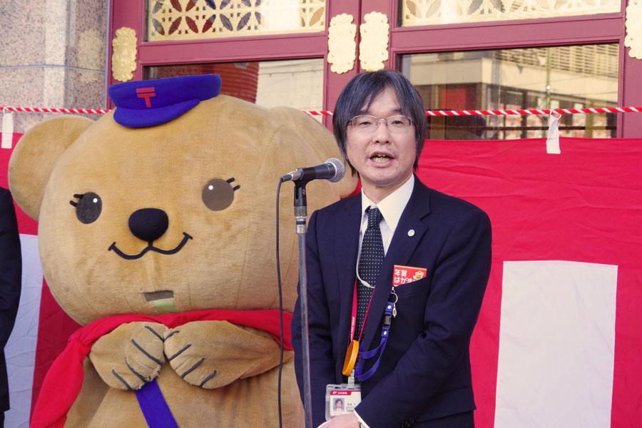 「南座を応援したい」と話す荒若支社長と日本郵便マスコットキャラクターのぽすくま