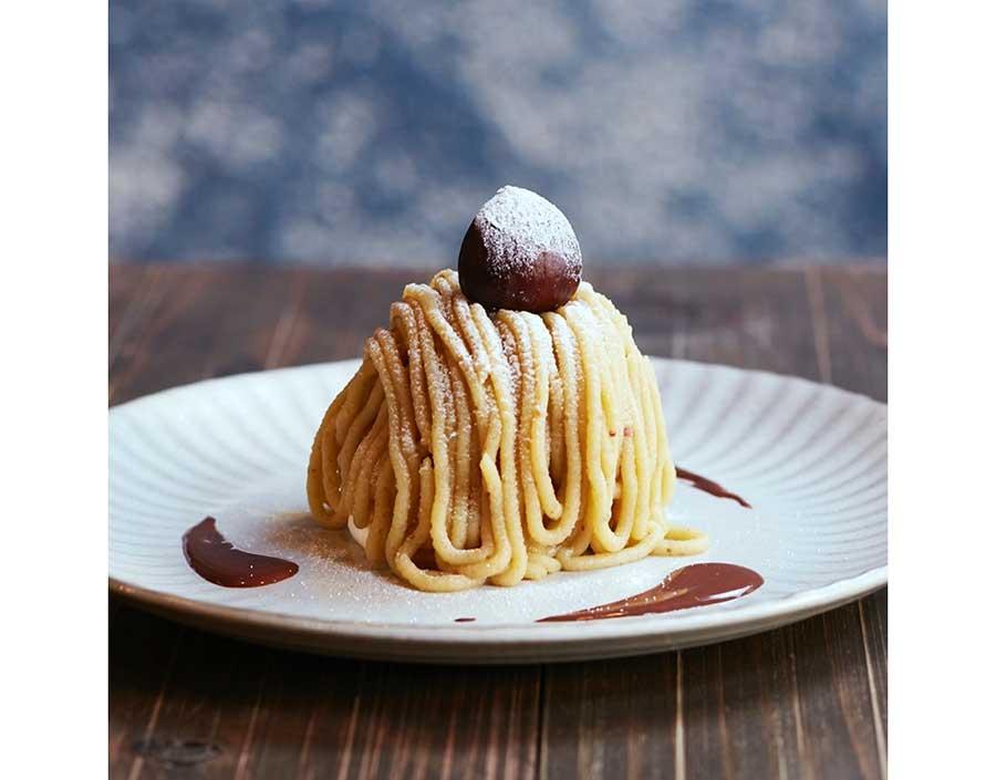 その場でメレンゲにマロンクリームをしぼる「10分モンブラン」