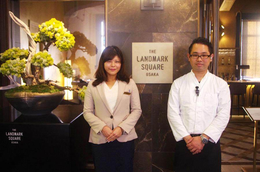 茶道体験の発案者でもある「ザ ランドマークスクエア オオサカ」のバンケット営業部、後藤歩惟子さんとゲストサービスの大場健治さん