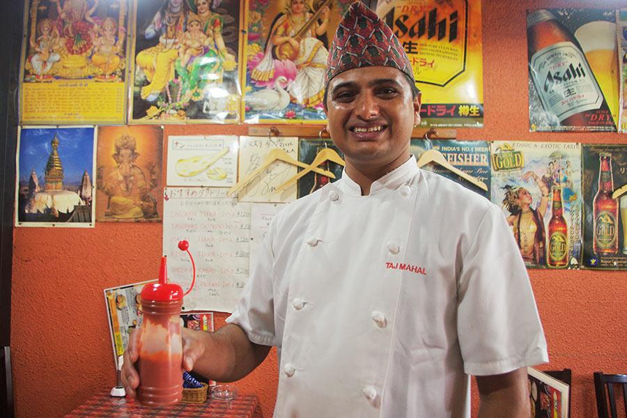 にっこり笑顔で激辛ソースを持ってくる陽気なネパール人のスタッフ