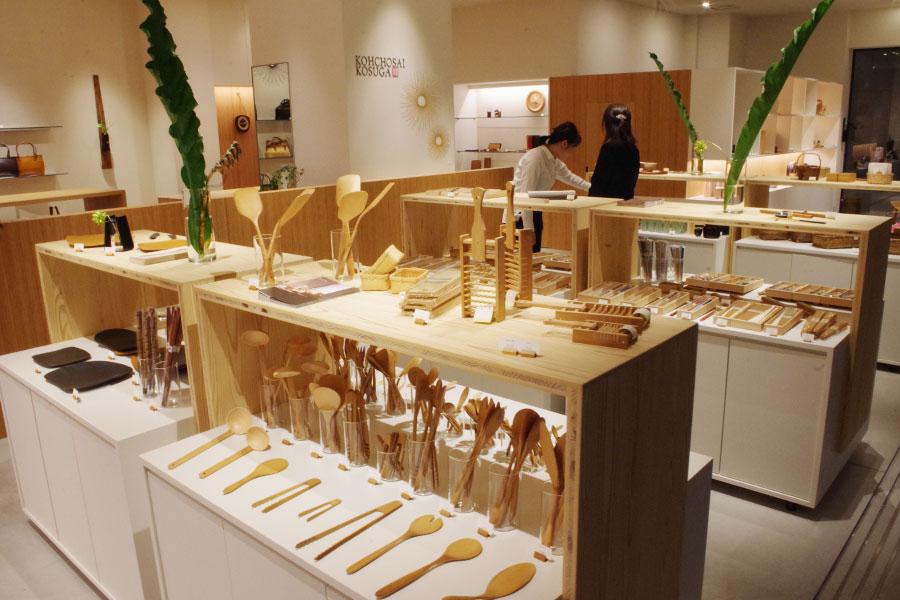 1898年創業ながら、国内外のデザイナーや異業種とコラボしモダンな竹工芸品を生み出す「公長斎小菅」5F