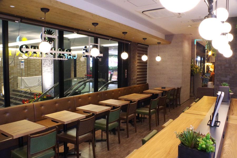 朝7時半のオープンでモーニングはもちろん、夕方からお酒も提供される「カフェ&バー プロント」