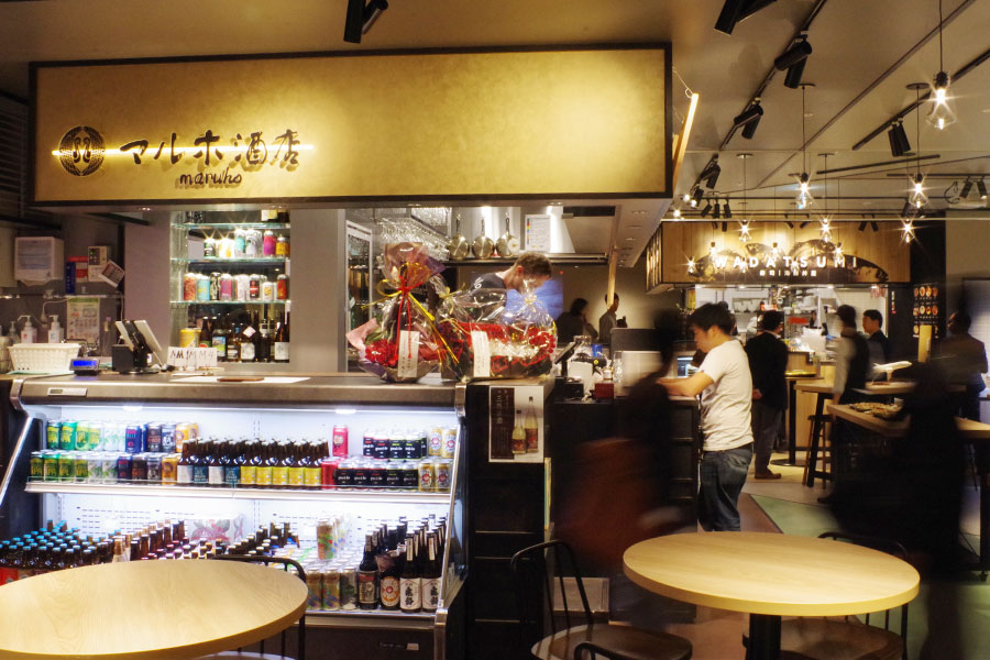 野菜・果物のレストラン、寿司・海鮮丼、牧草牛ステーキ、酒屋と個性的な4店舗によるフードホール