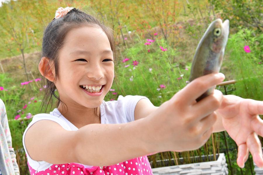 「ワイルド・ハーベスト」では、泳ぐ魚を自分で捕え、その場で焼いて自然の恵みをいただく