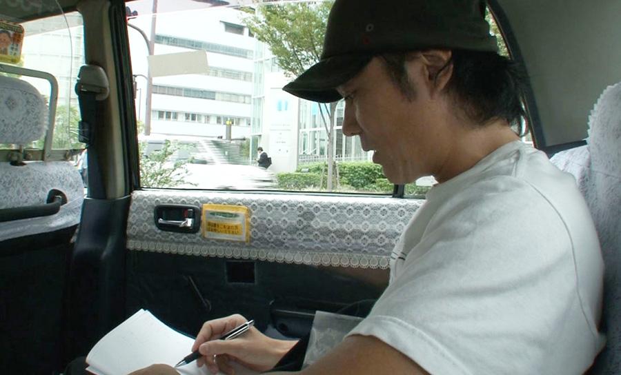 移動中のタクシーの中でも「ネーム」を考えるシャンプーハットこいで 写真提供:MBS