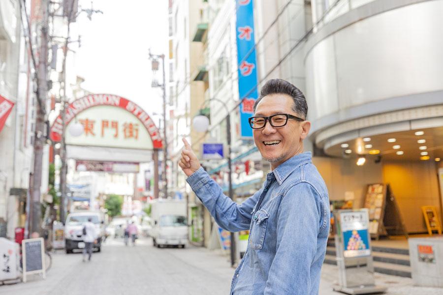 「平日は東京に戻って、週末は出てってパターン」と旅もライブも楽しんでいる様子の大土井裕二。写真は神戸・生田神社近くの「東門街」にて