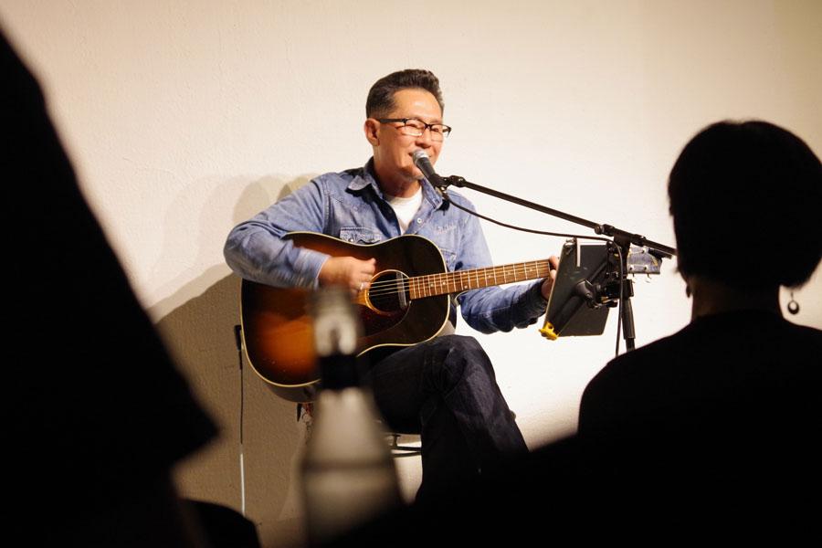 ライブでは、自身のソロアルバムからはもちろん、チェッカーズ時代の自身の楽曲も歌い上げる