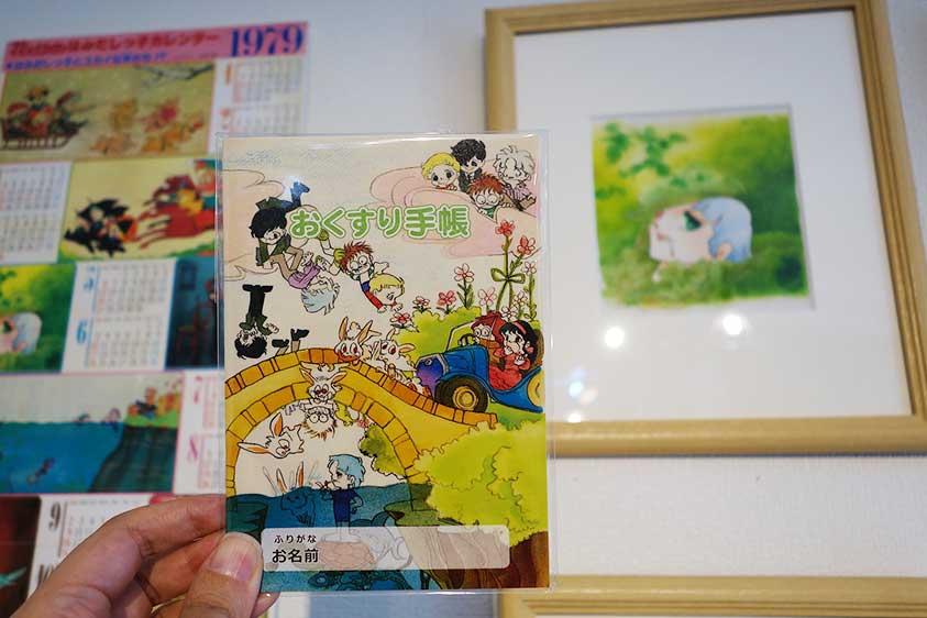 クリアファイルなどのグッズのほか、人気は「おくすり手帳」500円。日本薬剤師会と相談した上、ファンである看護師が監修・デザイン