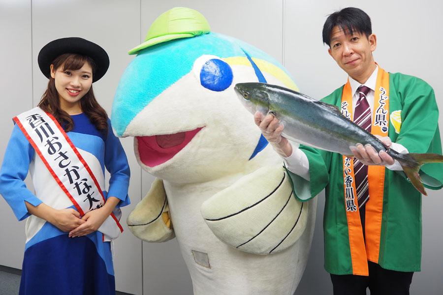 香川おさかな大使の嶋津菜摘さん(左)と香川県のキャラクター・はまうみくん、松本さん