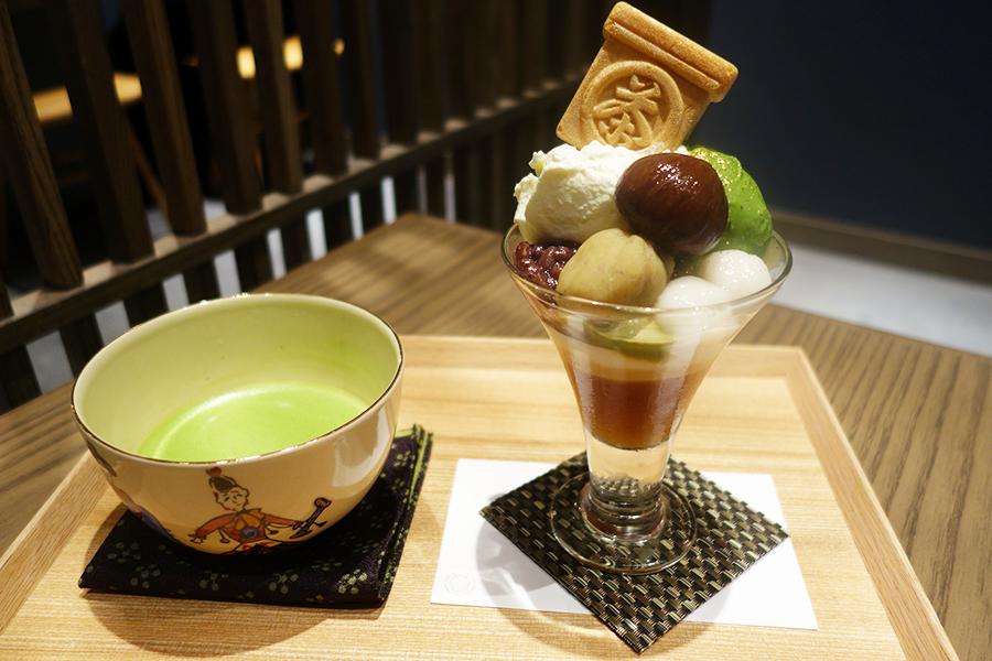 季節のパフェ(栗)はなんば限定。抹茶とほうじ茶のアイス、茶箱型の最中、あんこをトッピング。抹茶「若仙人」(数量限定)は1000円、セットで800円に