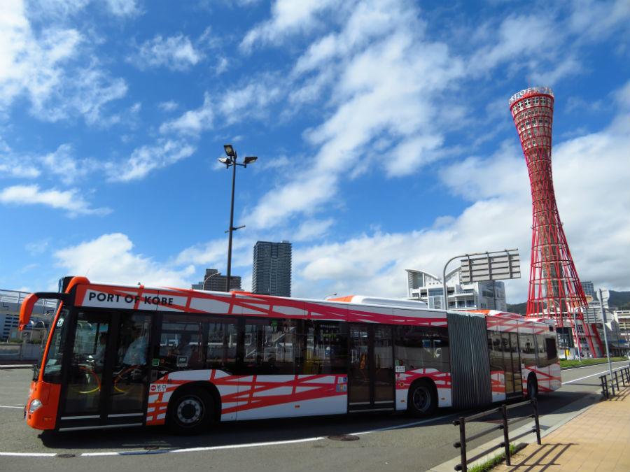 連節バスとポートタワーの「2ショット」は鮮やかで絵になる
