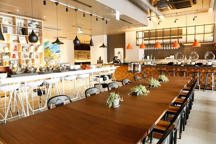 カフェレストラン「COOKPARK」。奧には半個室として使えるスペースも