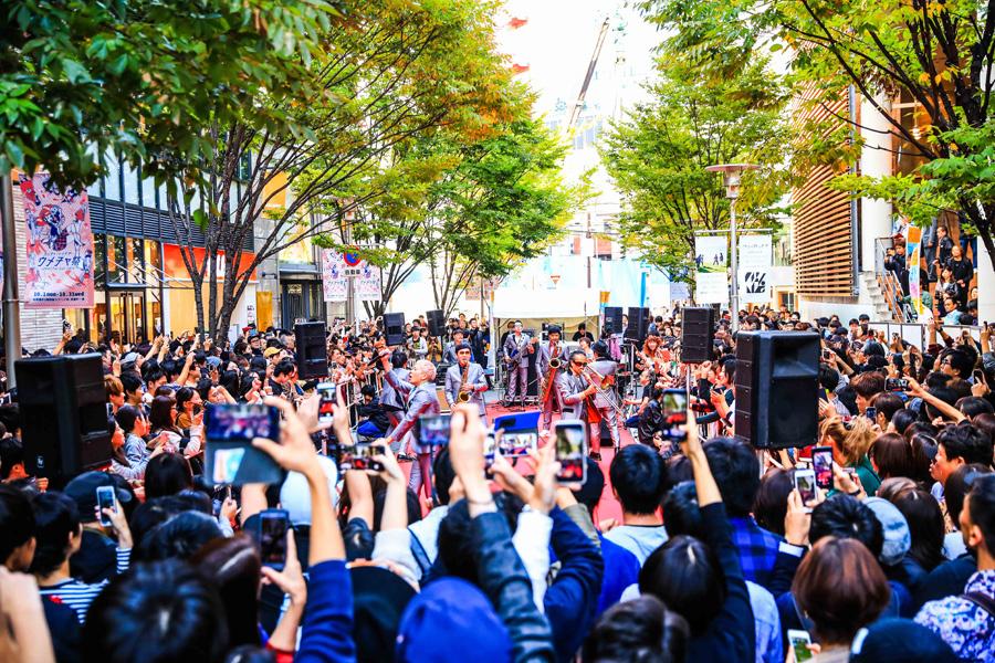 1000人もの観客が踊った東京スカパラダイスオーケストラの路上ライブ(27日、大阪市内)提供:FM802 撮影:小杉歩、渡邊一生