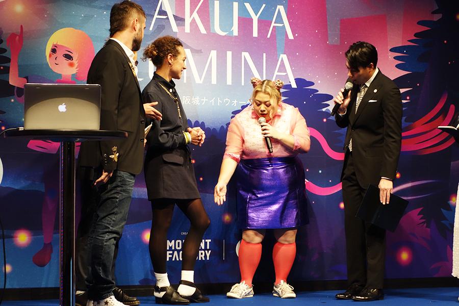 ディレクターのマリーさんの服装を見て、「オーマイ、ゴーシュ!」と大興奮。彼女が履いていたのは、渡辺が手掛けるブランド「プニュズ」の目玉焼きソックスだった