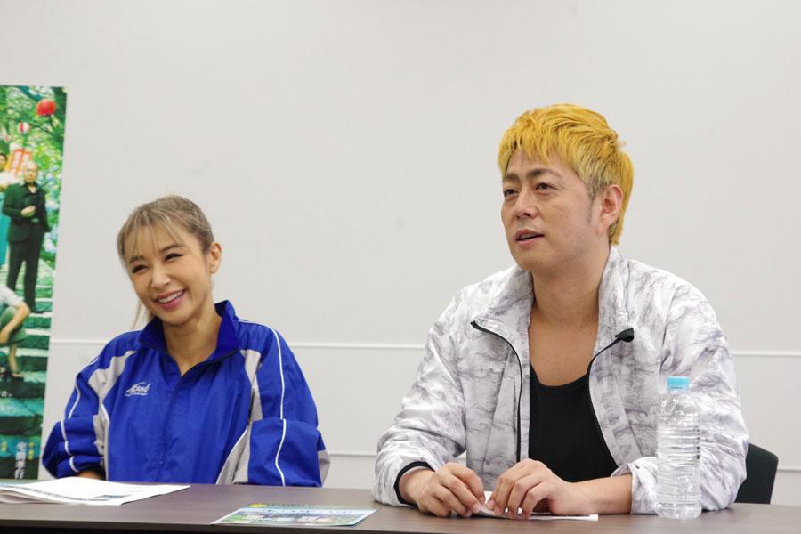 映画版、舞台版それぞれテキ屋のヒデコ役に高橋メアリージュン、鈴木紗理奈をキャスティングし、似た2人と話す宅間