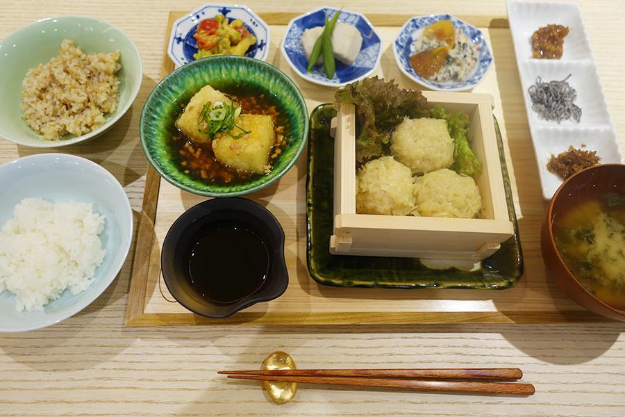 昼限定の「象印御膳」。写真の主菜は蒸籠仕立ての海老焼売、ご飯は3種から選べる