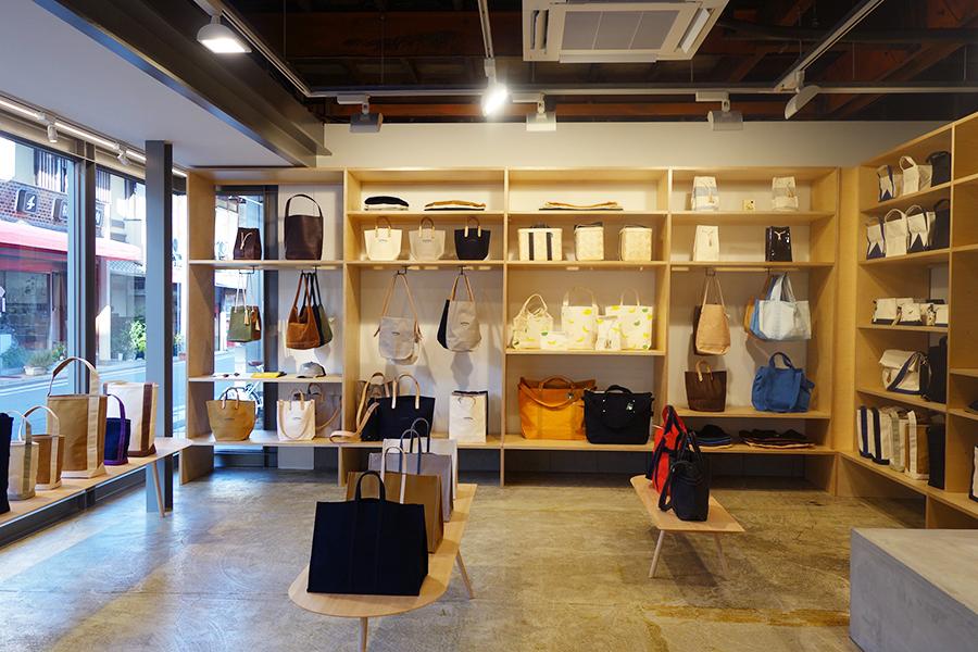 パラフィン加工を施したキャンバスバッグが有名だが、スエードやボア、カゴなど素材もいろいろ
