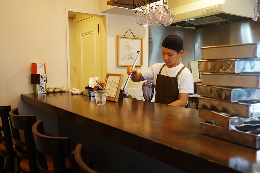 店主の大塚英晃さんが、1人で餡から生地までを作る。店名は自身の干支が「亥」、奥様の干支が「羊」(鳴き声にちなんで、メ)ということから名付けたそう
