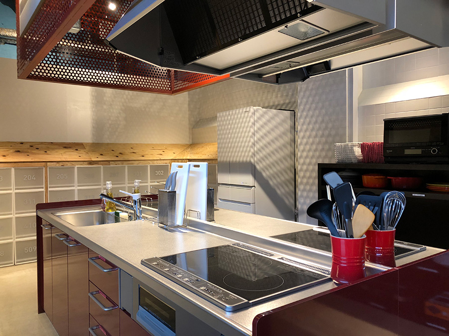 対面で楽しめるキッチンスペースには、3口のコンロとシンクを備えたI型の作業台が4つ