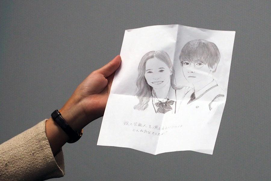 観客からの質問用紙に描かれた吉沢亮&新木優子の似顔絵、「おぉ、すげえ!めっちゃ上手いじゃないですか!ありがとうございます」と吉沢も大喜びした(8日・大阪市内)