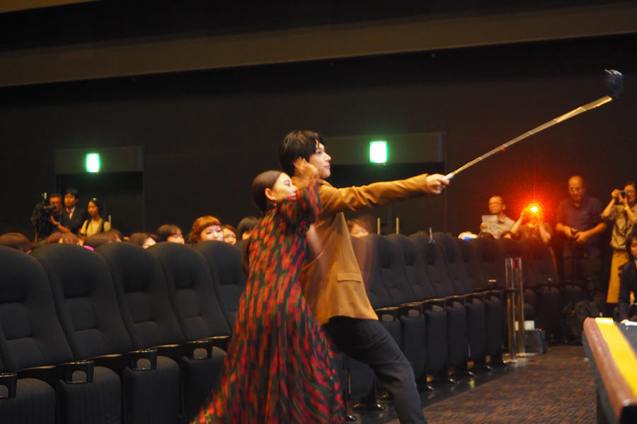 観客と一緒に自撮り棒で撮影する新木優子(左)と吉沢亮(8日・大阪市内)