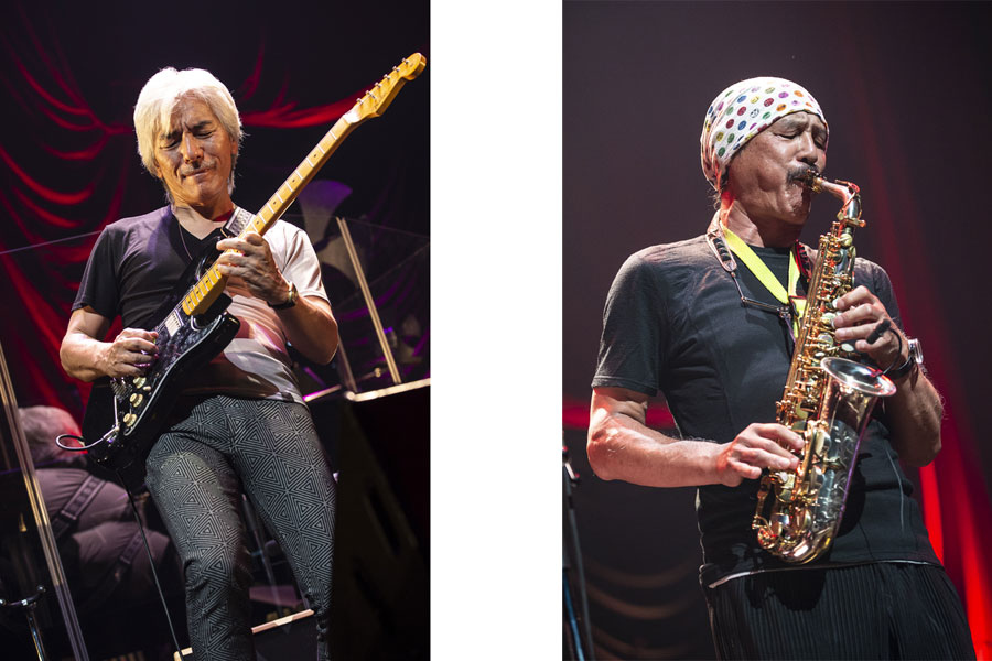同バンドを引っ張り続ける安藤正容(左)とウインドシンセサイザーやサックスでメロディーを奏でる伊東たけし
