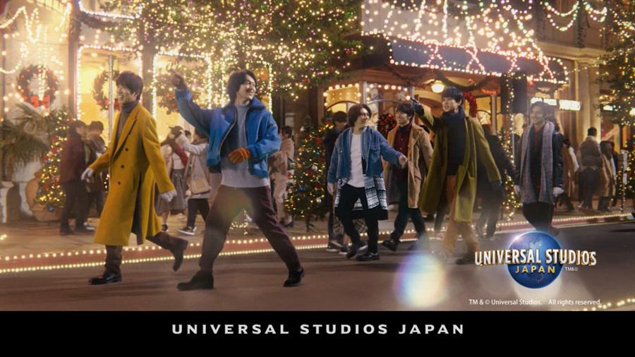 「ユニバーサル・スタジオ・ジャパン」のなかを早足で「何か」に急ぐメンバーたち