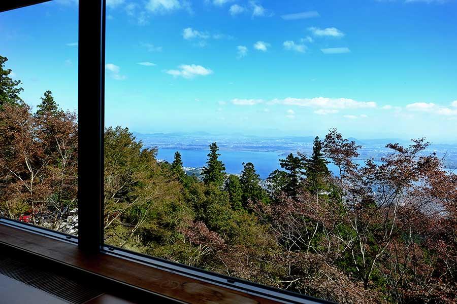 びわ湖を一望できる窓際席で、壮大な眺めとともにラテを