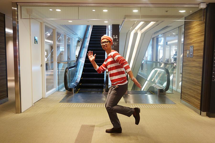 大丸梅田本店内で、ウォーリー姿の従業員を見つけたときはぜひ声をかけてみて