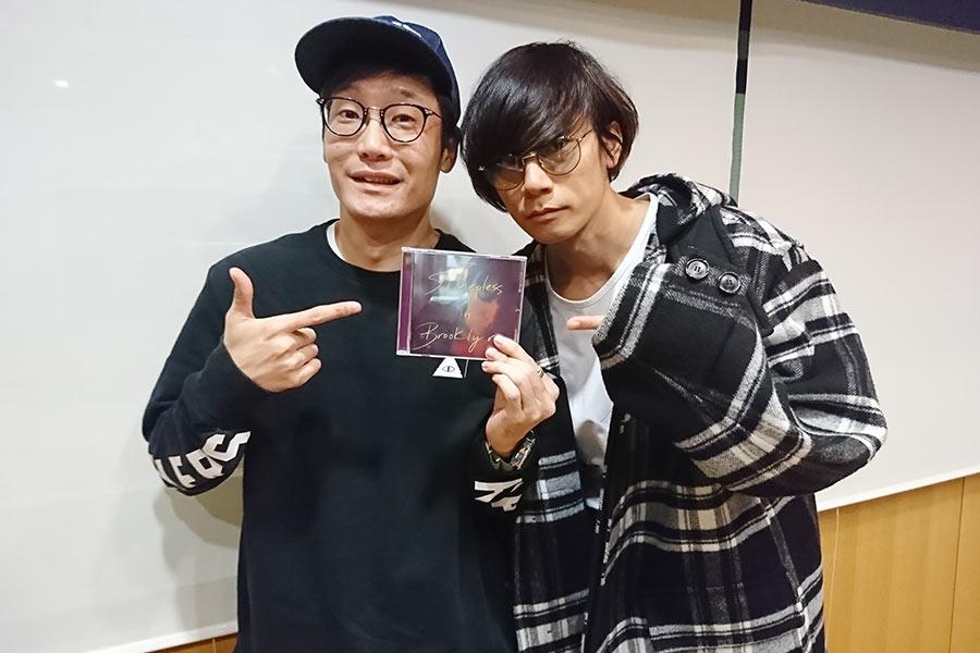 [ALEXANDROS]の川上洋平(右)とDJの遠藤淳